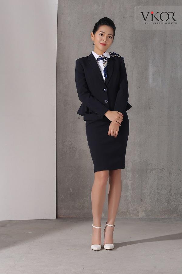 Chân váy dáng ngắn mix cùng vest thanh lịch
