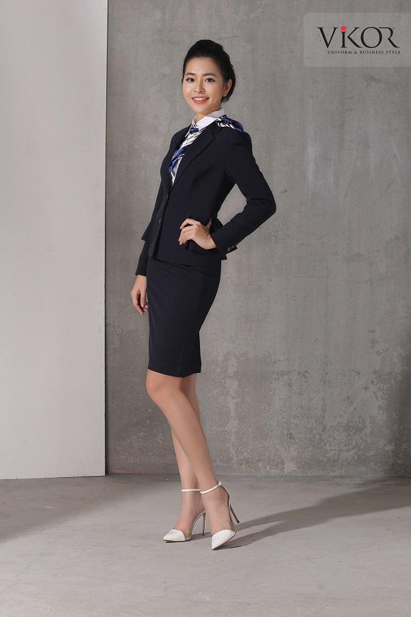 Chân váy nữ VW40107 màu đen mix cùng vest đen và giày cao gót