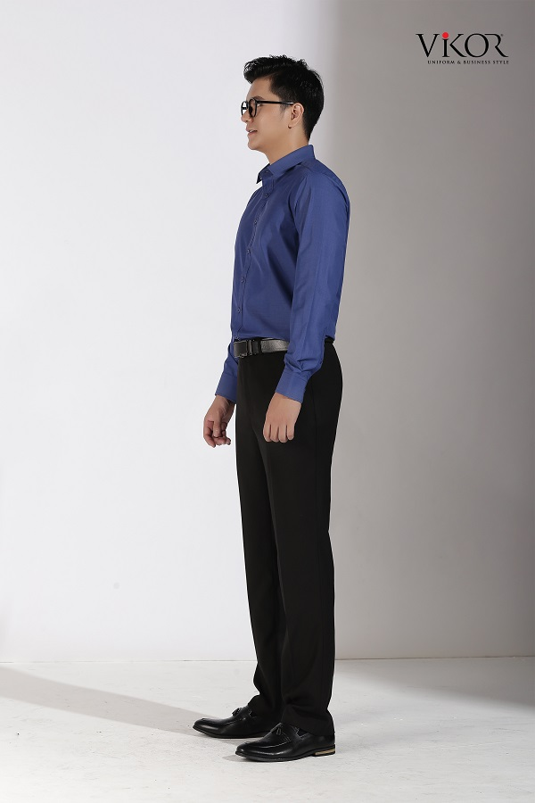 quý ông mặc áo sơ mi xanh giản dị