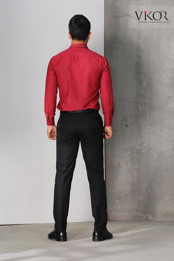 Quý ông mặc áo sơ mi đỏ chụp ảnh sau lưng