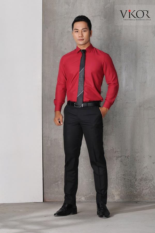 Áo sơ mi màu đỏ tôn dáng người mặc