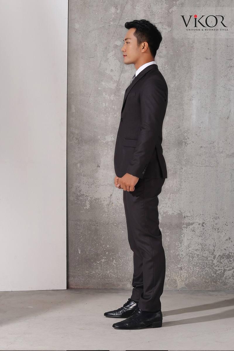 Vest nam màu đen che khuyết điểm của người mặc