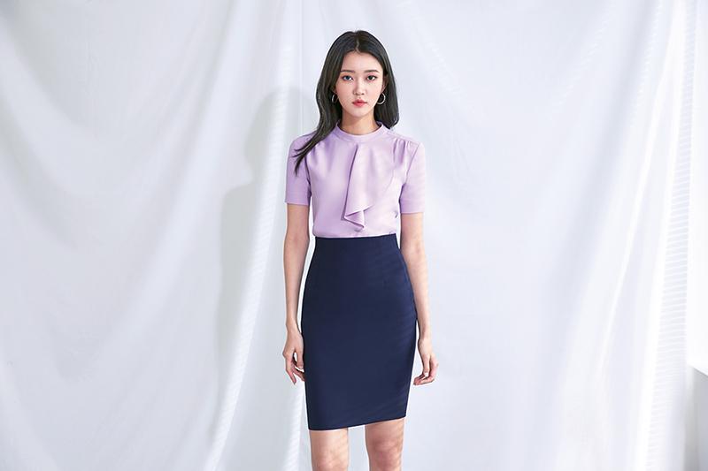 Sự kết hợp giữa áo sơ mi có phần cổ cách điệu cùng chân váy bút chì đem đến diện mạo trang nhã, lịch sử cho nhân viên