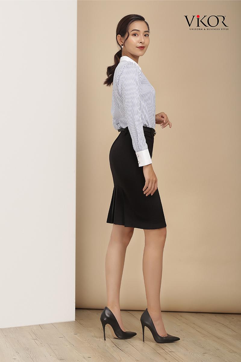Chân váy màu đen thiết kế tạo nếp ở phía sau lạ mắt