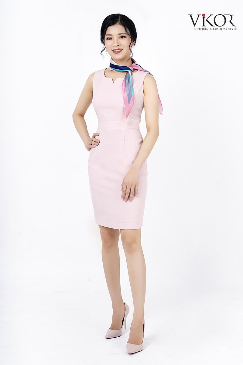 Đầm hồng thiết kế đơn giản, tôn dáng, kết hợp phụ kiện khăn cổ sẽ khiến bộ trang phục thêm sức hút và nổi bật