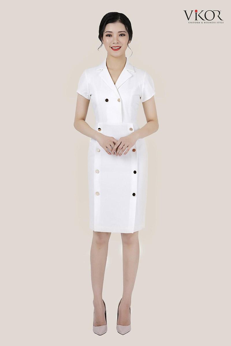 Đầm vest trắng thiết kế thanh lịch đính nút kim loại theo phong cách cổ điển, sang trọng phù hợp cho những dịp gặp gỡ khách hàng