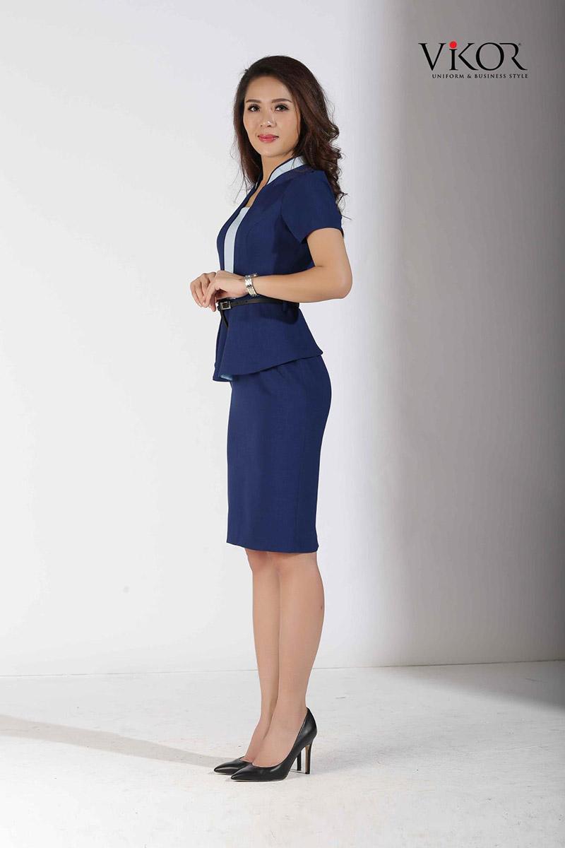 Đồng phục đầm nữ xanh navy với những đường cắt cúp tạo dáng nhẹ nhàng, giữ được sự cao cấp cho trang phục