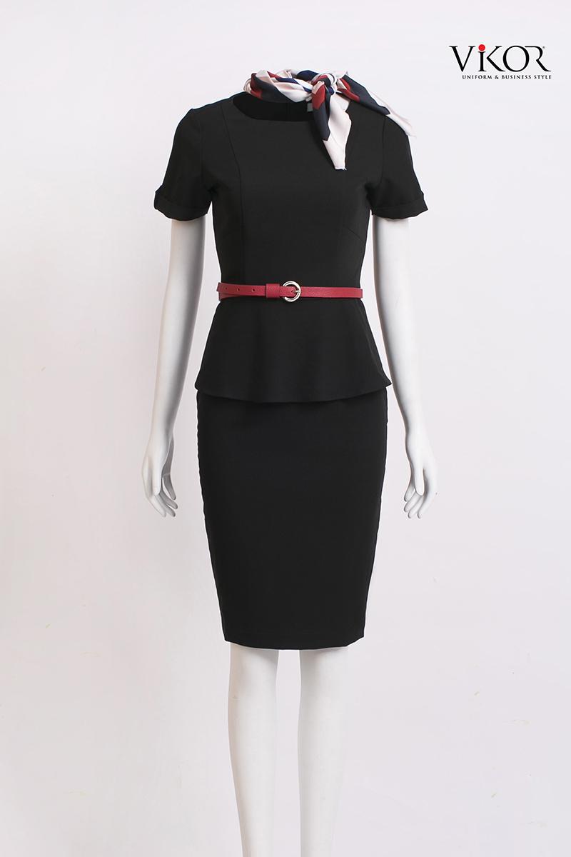 Áo kiểu nữ đen cổ tròn được chiết eo nên tôn lên đường cong mềm mại của nữ giới