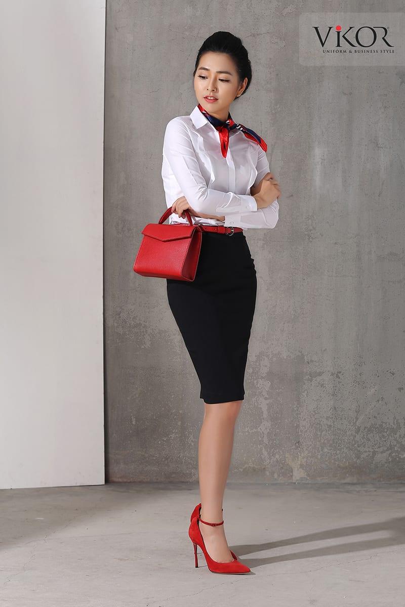 Set đồng phục đen trắng kết hợp phụ kiện màu nổi bật tạo nên vẻ sang trọng, quyền lực