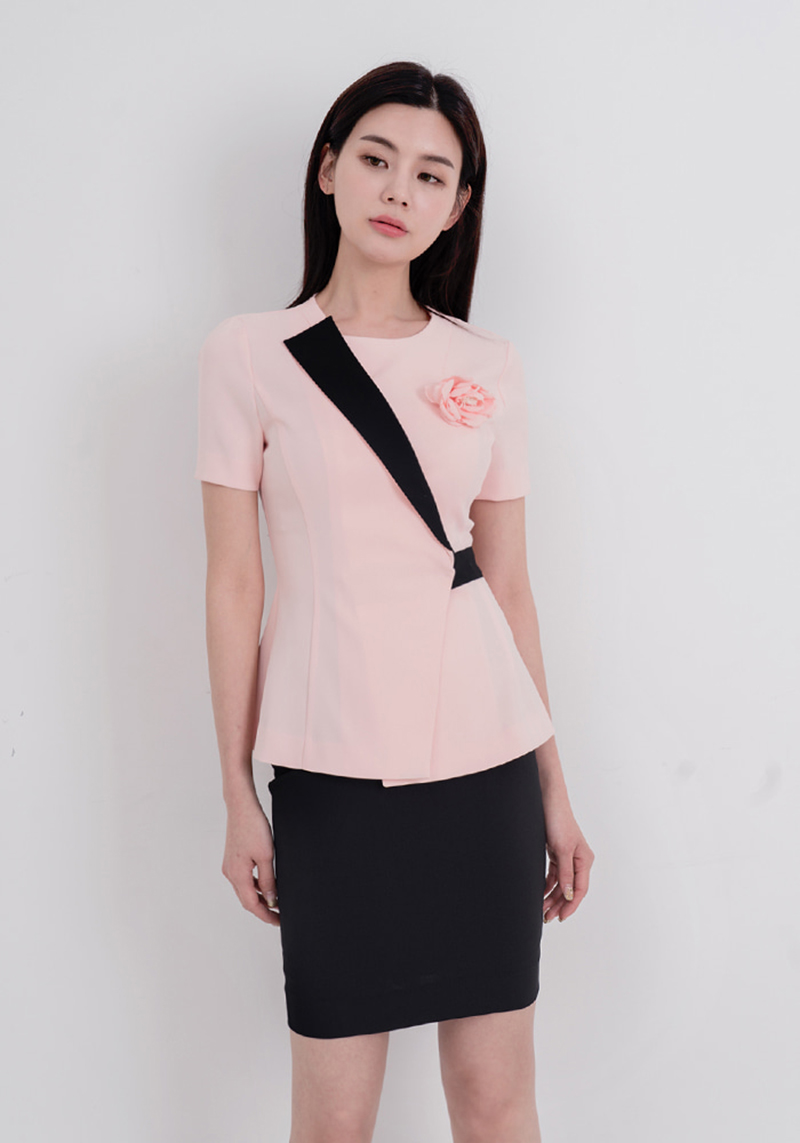 Áo hồng pastel cải đen đem đến vẻ nữ tính, thanh lịch kết hợp cùng hoa hồng bên ngực trái khiến bộ trang phục điệu đà và duyên dáng hơn