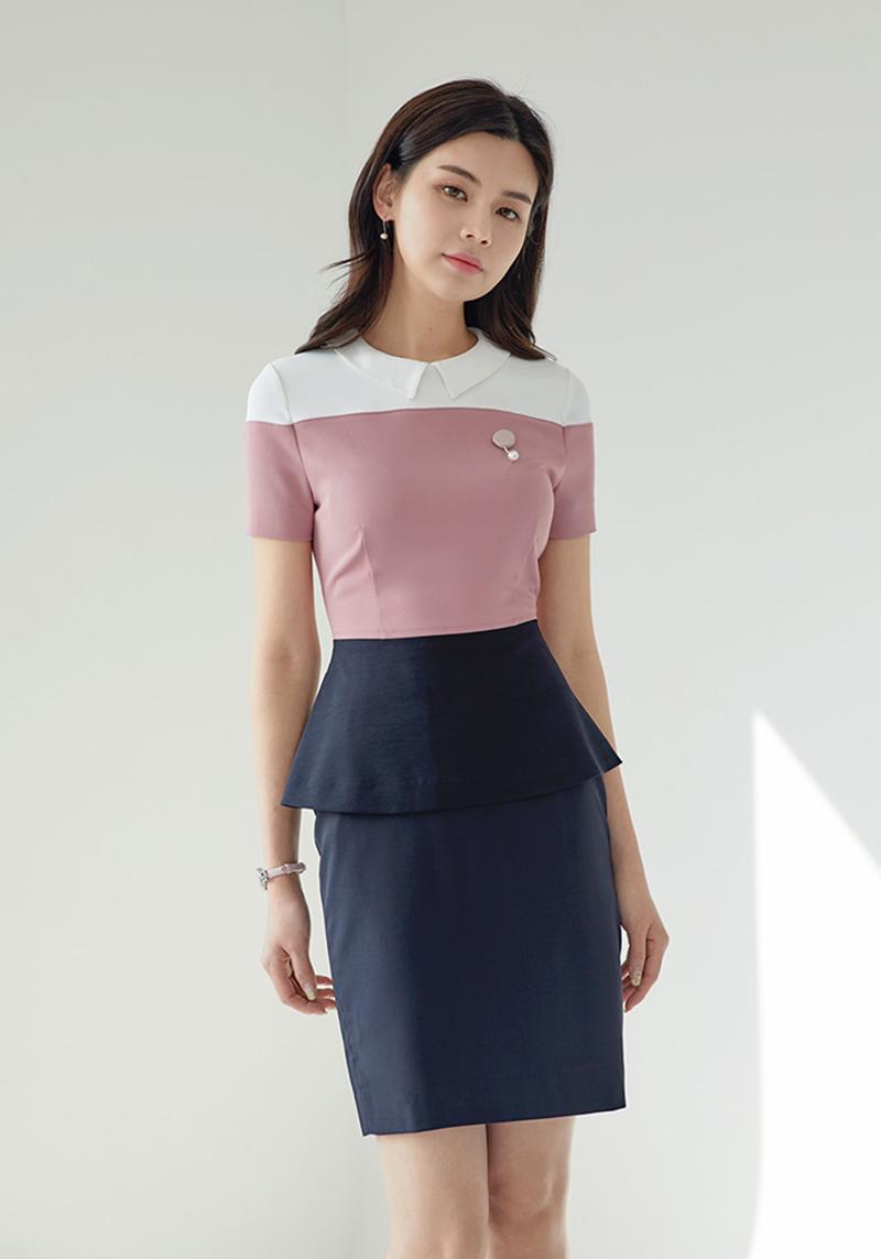 Điểm nhấn hồng pastel xen giữa xanh navy và trắng tạo kiểu dáng thanh lịch và khiến bộ đồ công sở không còn cứng nhắc