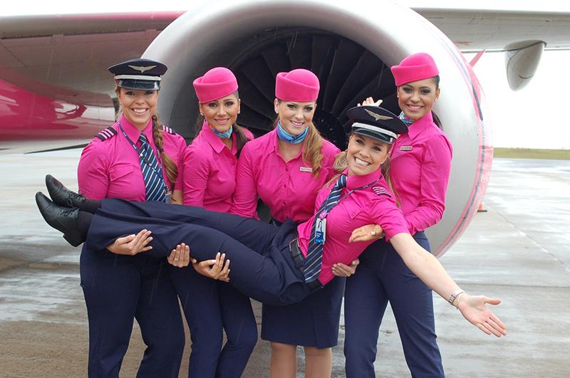 Sắc hồng đậm nổi bật là lựa chọn của nhiều hãng hàng không quốc tế hiện nay