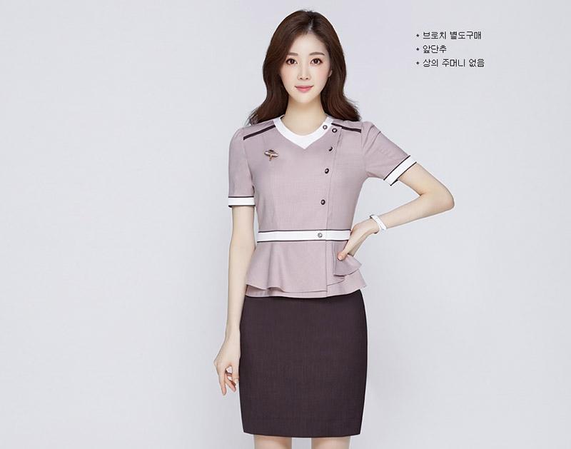 Áo đồng phục màu tím nhạt trở nên nổi bật với viền trắng tạo điểm nhấn ở phần eo, cổ áo và tay áo