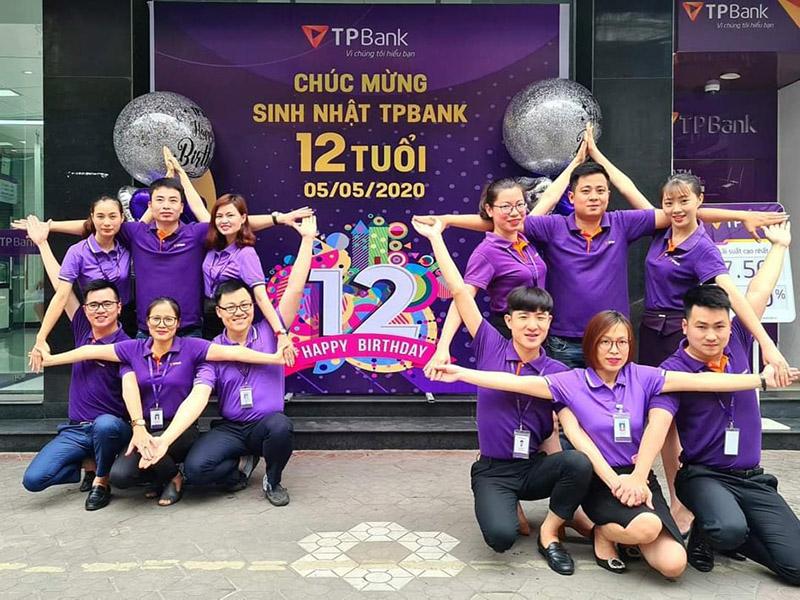Áo thun công sở cổ bẻ màu tím được TPBank mặc trong các hoạt động tập thể
