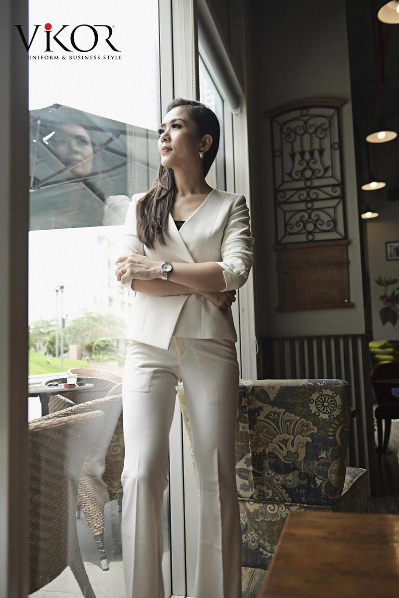 Thiết kế đồng phục và các phụ kiện cùng tông màu trắng kem giúp người mặc trông cao hơn so với thực tế nhờ hiệu ứng thị giác