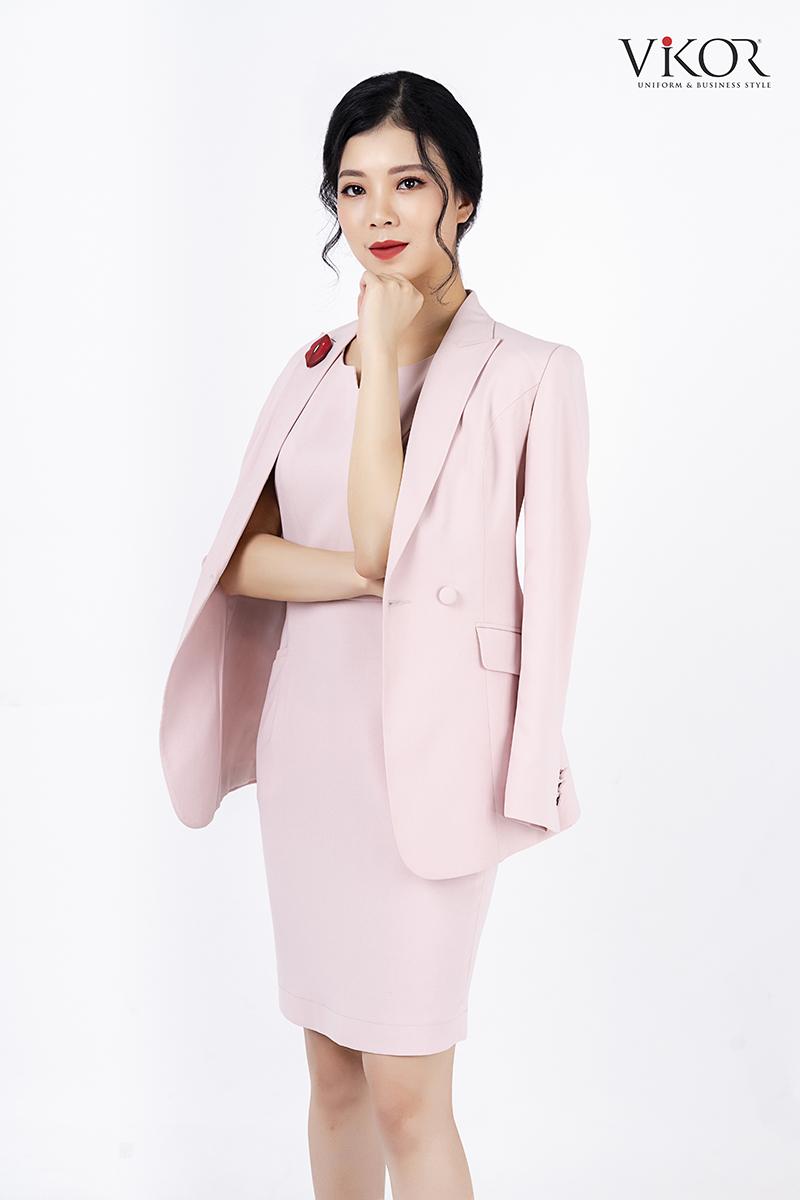 Bạn có thể chọn khoác vest hồng cùng màu để tăng tính trang trọng khi gặp khách hàng