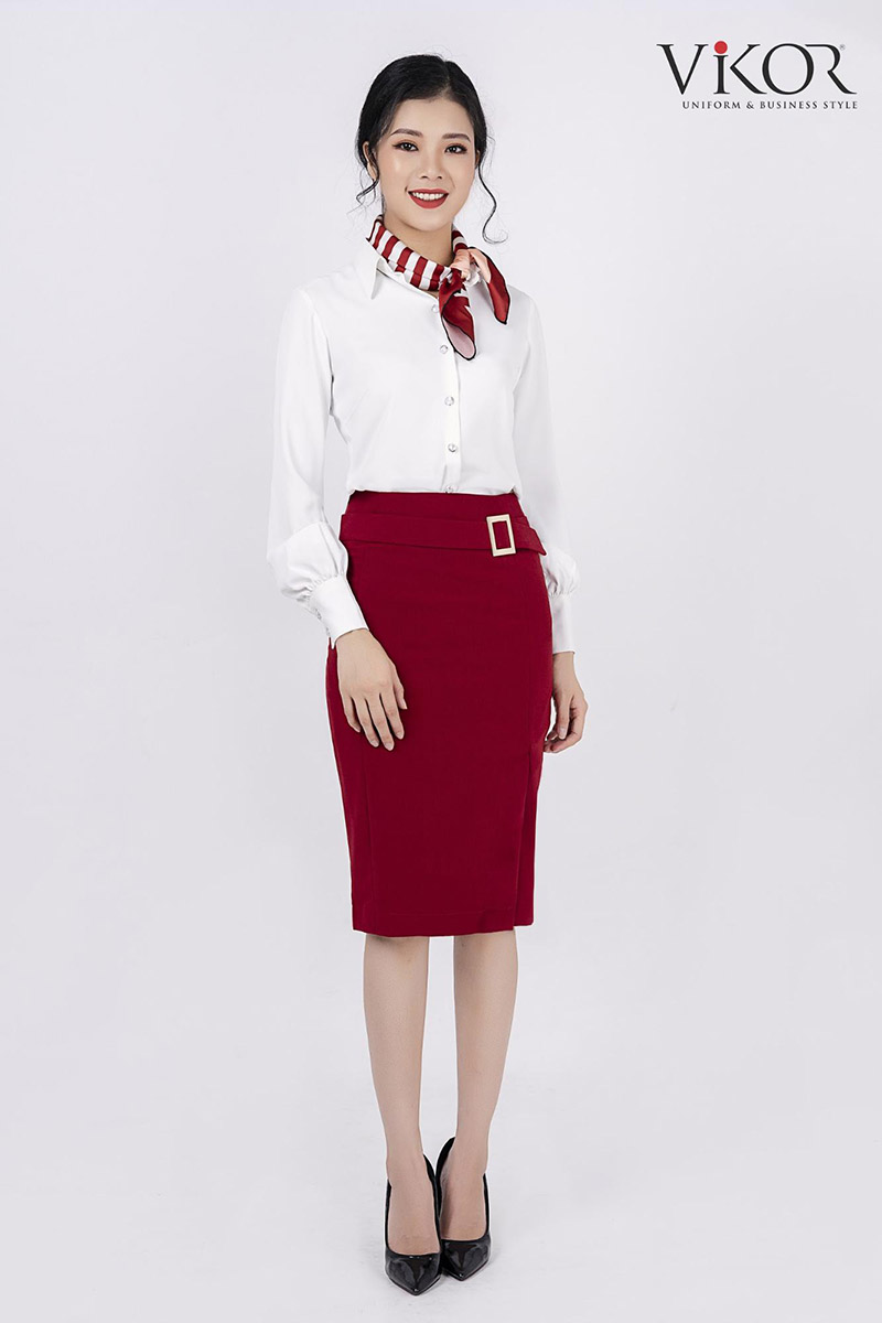 Áo sơ mi trắng xếp bồng ở cổ tay kết hợp cùng khăn quàng cổ đỏ tạo nên sự nữ tính, thanh lịch cho nữ giới văn phòng