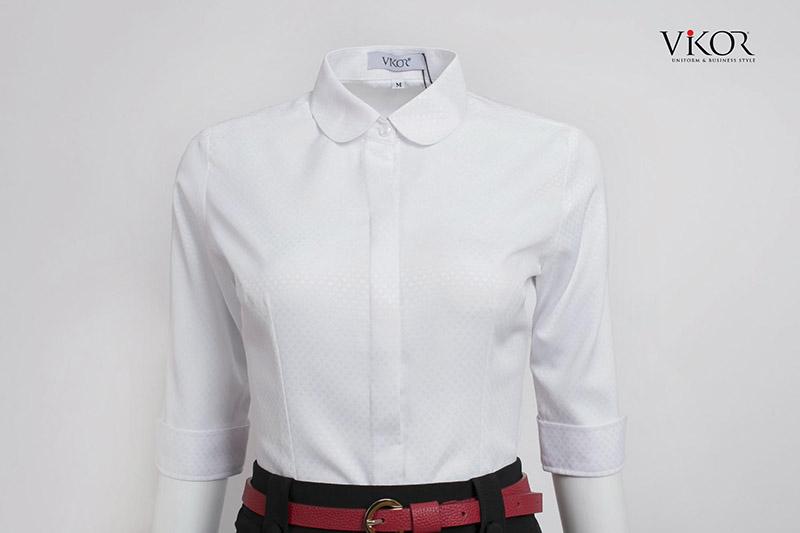 Đồng phục sơ mi trắng tay lửng, lá cổ tròn, form vừa vặn dành dễ dàng phối hợp với các phụ kiện nổi bật