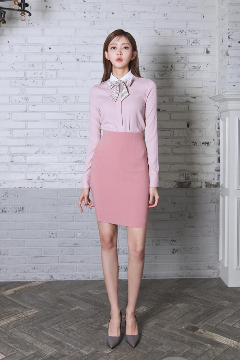 Nếu bạn quyết định chọn màu hồng chủ đạo cho cả áo và chân váy thì sự kết hợp theo tông đơn sắc là gợi ý hay