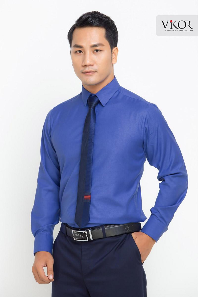Áo sơ mi đồng phục màu xanh bắt mắt phối cà vạt cùng tông tạo sự cao cấp cho bộ trang phục