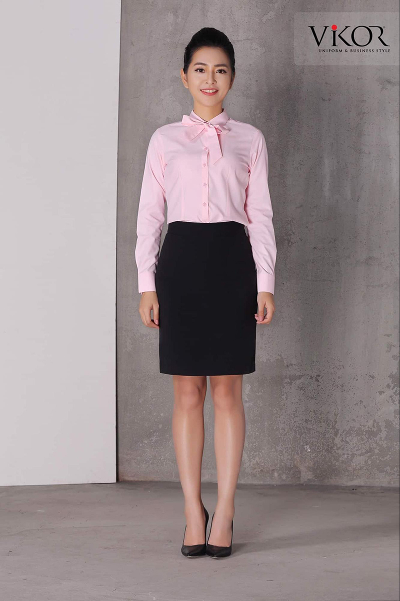 Sơ mi hồng dài tay đơn giản kết hợp cùng chân váy bút chì đen và giày cao gót phù hợp làm đồng phục công ty làm về mỹ phẩm, làm đẹp