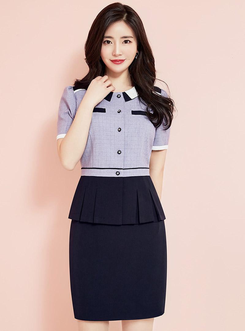 Thiết kế áo đồng phục kẻ tím nhạt cùng phần tà áo xếp li đem đến sự trẻ trung, năng động cho nhân viên công sở
