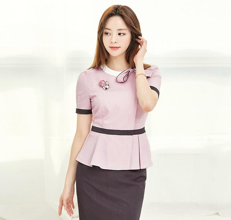 Áo đồng phục màu tím hồng điệu đà với kỹ thuật tạo form và tà xếp ly giúp tôn lên vòng eo của nữ giới