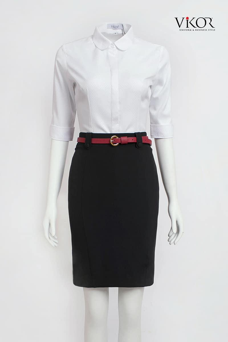 Thiết kế áo sơ mi trắng tay lỡ, cổ cánh sen kết hợp phụ kiện thắt lưng đỏ đô tạo sự trẻ trung, năng động
