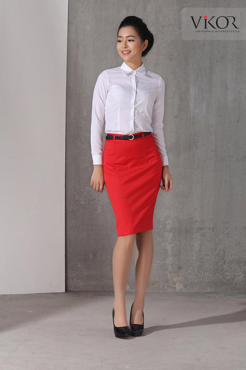 Sự kết hợp giữa 2 gam màu trắng đỏ từ bộ nhận diện thương hiệu hài hòa qua thiết kế đồng phục sơ mi và chân váy đi kèm