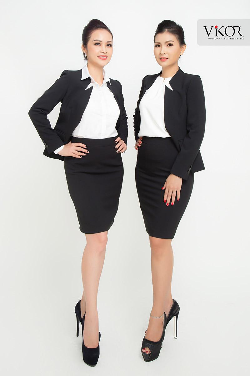 Cổ áo cách điệu tạo thành điểm nhấn thú vị trên chiếc áo vest màu đen thiết kế đơn giản