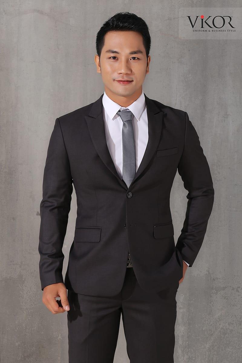 Thiết kế đồng phục đen trắng cho nam lịch lãm và mạnh mẽ đi kèm phụ kiện cà vạt đơn sắc đầy tinh tế
