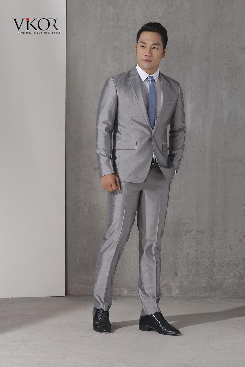 Đồng phục vest nam màu ghi tạo sự mới mẻ và lạ mắt với kỹ thuật tạo form tôn dáng cho người mặc