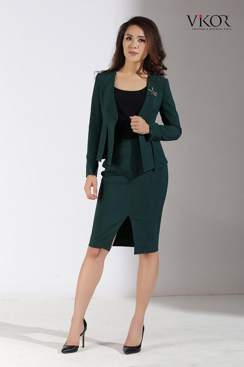 Chân váy đồng phục với đường cắt táo bạo, kỹ thuật tạo form tôn dáng đem đến sự tự tin cho người mặc