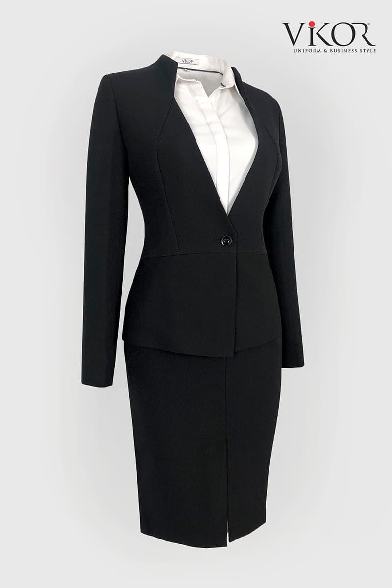 Áo vest đen thiết kế với đường gân ôm dáng, cổ đứng tạo vẻ đẹp thanh lịch và chuyên nghiệp