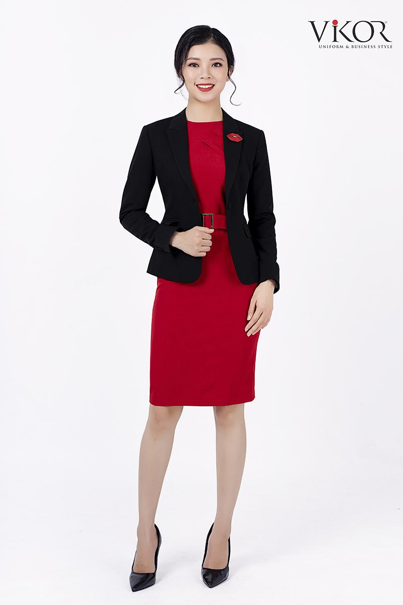 Áo vest đen thiết kế đơn giản mà nổi bật nhờ kết hợp váy và phụ kiện áo màu đỏ