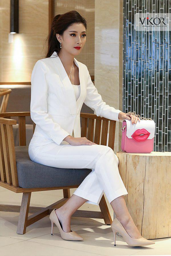 Sự kết hợp hài hòa giữa quần tây ống lửng với vest trắng vừa tạo vẻ đẹp cá tính vừa giúp cho người mặc dễ dàng di chuyển