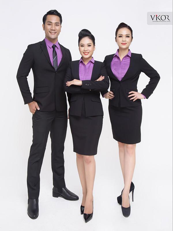 Đồng phục vest đen công sở kết hợp cùng áo sơ mi màu nổi bật