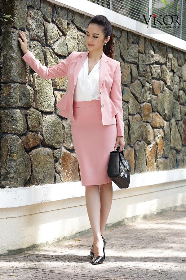 Chân váy đồng phục kết hợp với vest và sơ mi