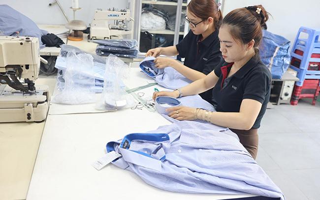 Nhân viên thực hiện đóng gói đồng phục