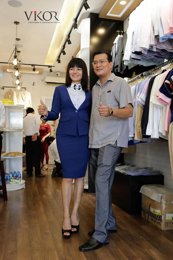 Khách hàng rất hài lòng với sản phẩm đồng phục may sẵn tại showroom VIKOR
