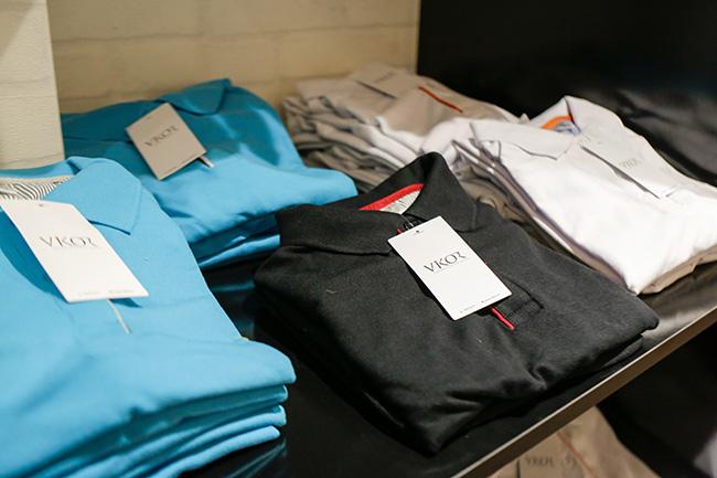 Showroom trưng bày áo thun đồng phục may sẵn