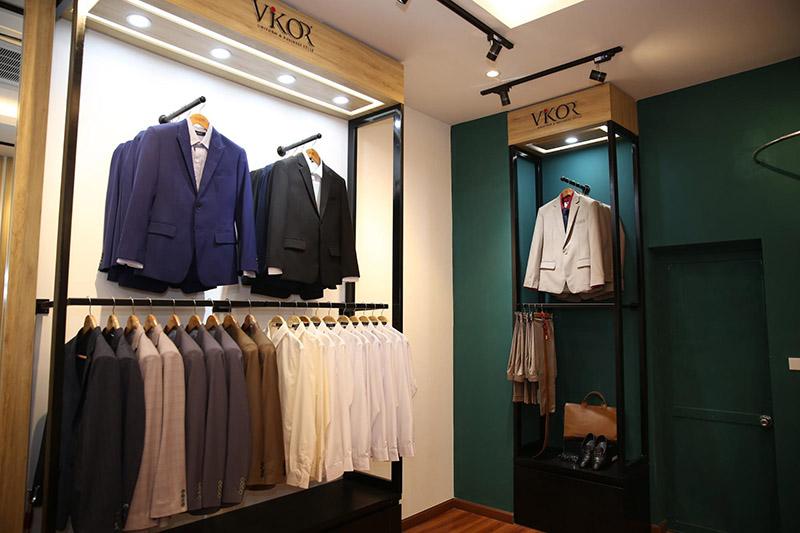 Showroom trưng bày mẫu đồng phục công sở may sẵn