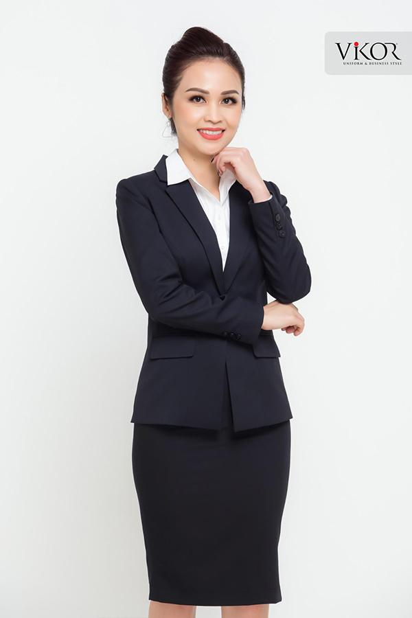 Đồng phục lễ tân nữ màu đen áo vest kết hợp cùng chân váy ngắn bó sát