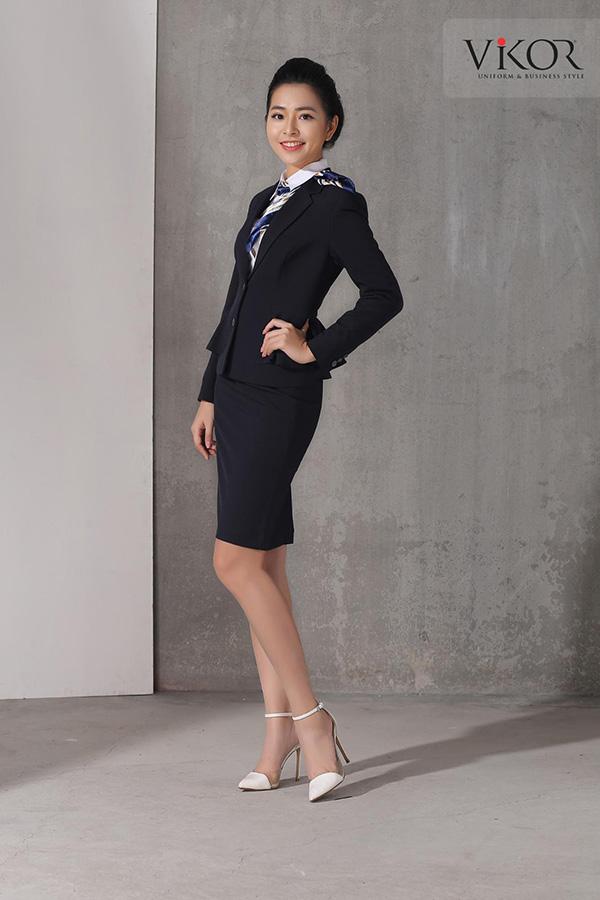 Đồng phục quản lý khách sạn cho nữ màu xanh đen phối cùng giày cao got màu trắng
