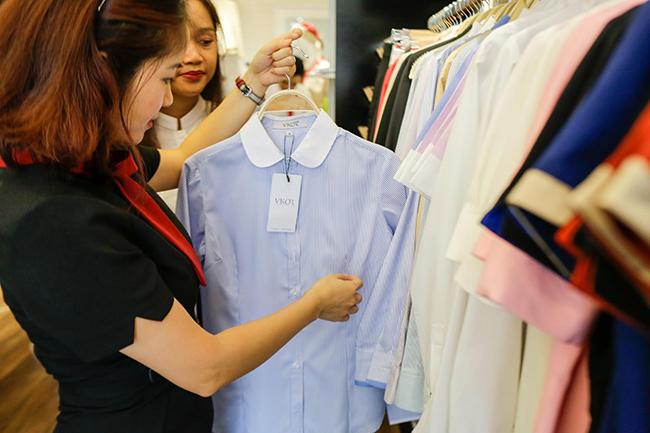 Nhân viên tư vấn đồng phục cho khách hàng