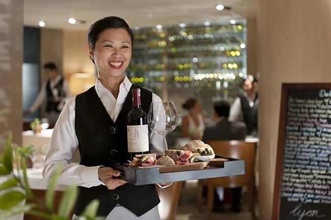 Đồng phục của bồi bàn nhà hàng Âu