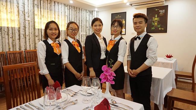Mỗi vị trí trong nhà hàng Âu cần có đồng phục riêng nhằm đảm bảo hỗ trợ công việc tốt nhất