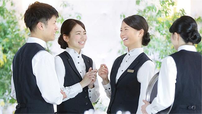Đồng phục nhân viên phục vụ cần vừa vặn để dễ hoạt động