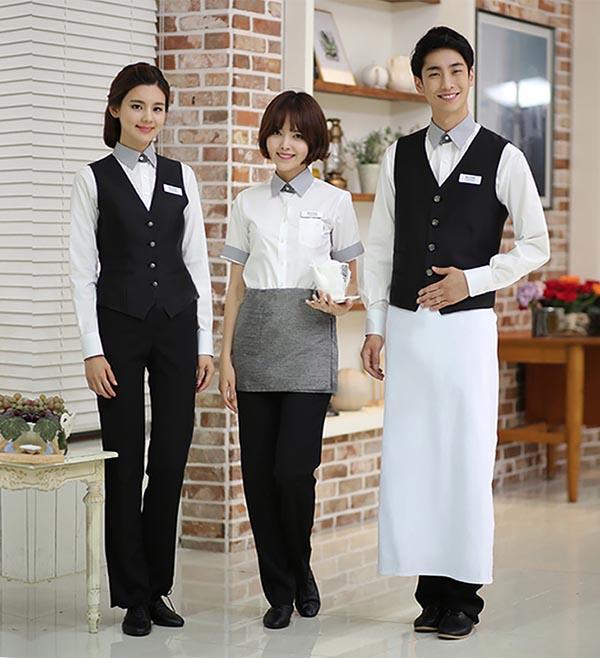 Đồng phục nhà hàng với áo ghi-lê và quần tây